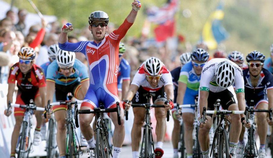 Désigné grand favori de la compétition, Mark Cavendish a tenu son rang dimanche, en décrochant le premier titre de champion du monde de sa carrière. L'Anglais a réglé la course au sprint massif, démontrant une nouvelle fois qu'il est le meilleur sprinteur au monde. Cavendish, premier Britannique titré depuis 1965, devance d'un boyau l'Australien Matthew Goss, l'Allemand André Greipel complétant le podium. Meilleure chance tricolore au sprint, Romain Feillu a échoué au sixième rang.