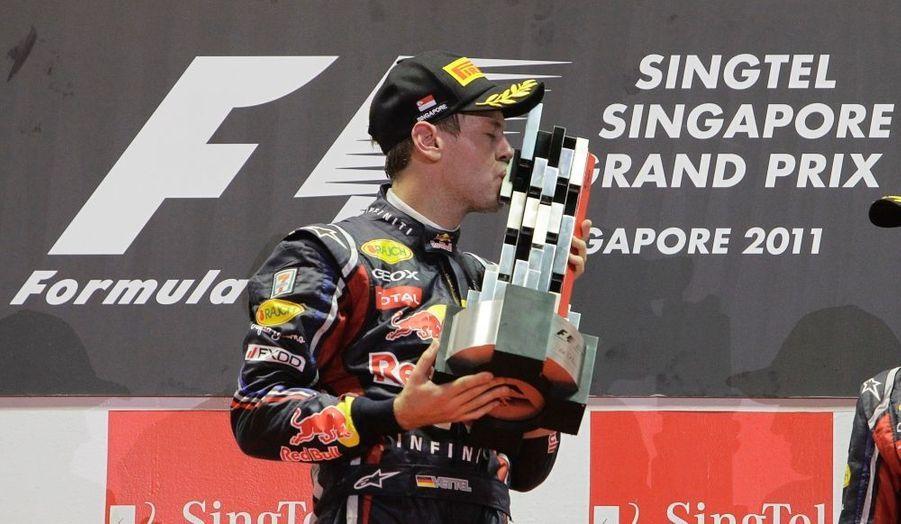 Si l'Allemand devra encore patienter pour glaner son deuxième titre mondial puisqu'il lui manque un petit point à accrocher sur les cinq dernières courses, Sebastian Vettel a remporté ce dimanche le Grand Prix de Singapour dans la nuit de Marina Bay, glanant son neuvième succès cette saison. Le pilote Red Bull devance Jenson Button et Mark Webber après s'être élancé une nouvelle fois de la pole position. Fernando Alonso prend la quatrième place devant Lewis Hamilton.