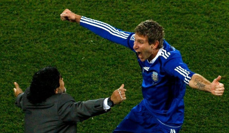 Déjà créditée de deux succès en deux matches, l'Albiceleste de Diego Maradona, a conforté sa place en tête du Groupe B en signant une troisième victoire mardi, à Polokwane, aux dépens de la Grèce (2-0) grâce à des buts de Demichelis et Palermo après le repos. Une défaite qui élimine les Hellènes de cette Coupe du monde et promet à l'Albiceleste un remake. Celui d'un 8e de finale que les Argentins avaient déjà disputé et gagné face au Mexique il y a quatre ans en Allemagne.