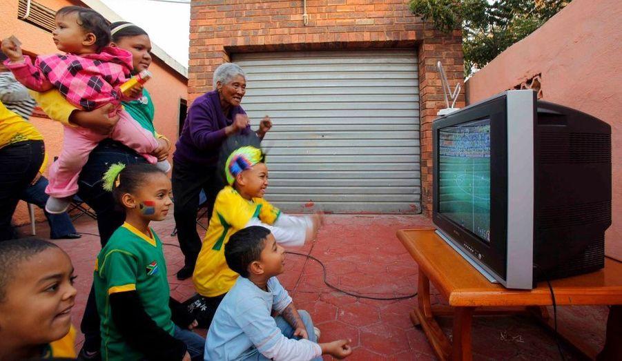 Une femme de 75 ans et sa famille très nombreuse regardent le match Afrique du Sud - France devant leur maison à Pretoria.