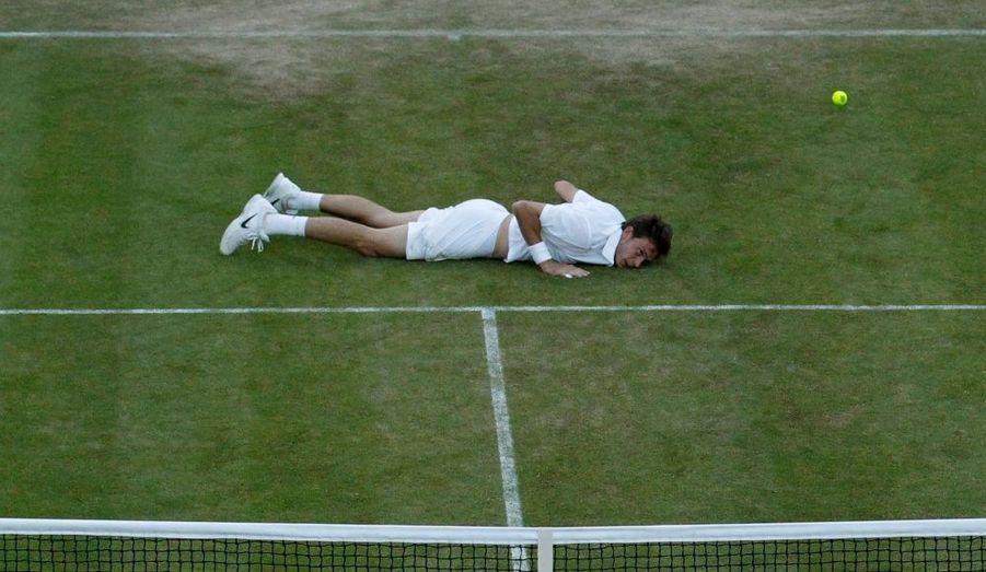 Stoppé une deuxième fois par la nuit la veille à 59-59 dans la manche décisive, Nicolas Mahut a fini par craquer, jeudi à Wimbledon, après une nouvelle explication de près d'1h15 sur le court 18 face à John Isner. L'Américain, auteur de 112 aces durant les 11 heures et 5 minutes qu'a duré la rencontre la plus longue de l'histoire du tennis, a enlevé le cinquième set sur le score inimaginable de 70-68. Le géant de 2m05 va devoir bien récupérer car Thiemo De Bakker l'attend dès demain pour le deuxième tour.