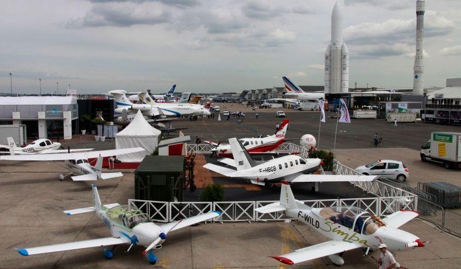 Le salon aéronautique du Bourget a ouvert ses portes lundi au Parc des expositions du Bourget, dans un climat plutôt tendu, quelques jours après le crash de l'Airbus A330. D'autant que le contexte de crise risque de réduire le nombre de commandes pour les avionneurs. Le grand public aura pour sa part accès à l'événement à partir de vendredi prochain et jusqu'à dimanche.