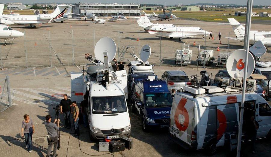 Les Bleus rentrent en France ce jeudi matin après leur élimination de la Coupe du Monde en Afrique du Sud mardi. L'atterrissage est prévu à 11h30 au petit aéroport du Bourget, où les journalistes sont déjà rassemblés en masse pour les accueillir.