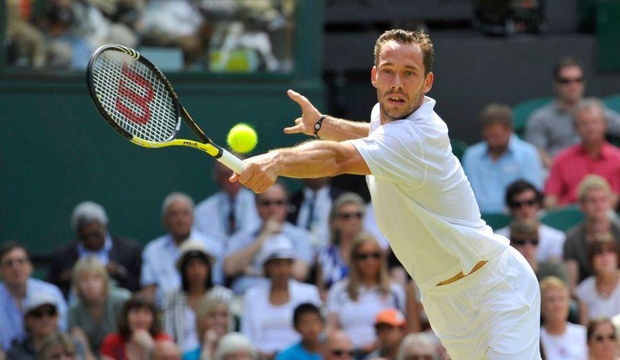 Michaël Llodra s'est incliné ce mercredi au deuxième tour de Wimbledon. Le Français a cédé en quatre manches (4-6, 6-4, 6-1, 7-6) face à l'Américain Andy Roddick, finaliste l'an dernier. Le n°7 mondial affrontera Kohlschreiber ou Gabashvili pour une place en huitièmes de finale.
