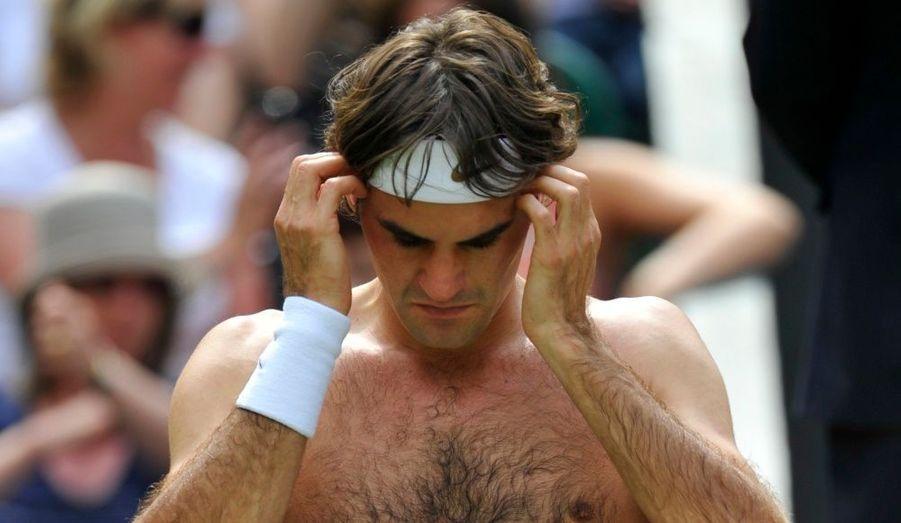 Grosse frayeur pour Roger Federer au premier tour de Wimbledon ! Le Suisse, le tenant du titre et sextuple vainqueur du tournoi, est passé tout près de la défaite ce lundi dès son entrée en lice. Sur le Centre Court de Londres, le n°2 mondial, mené deux manches à zéro, a inversé la tendance pour finalement dominer le Colombien Alejandro Falla en cinq sets (5-7, 4-6, 6-4, 7-6, 6-0). C'est en tout cas un sacré avertissement pour la suite de son tournoi.