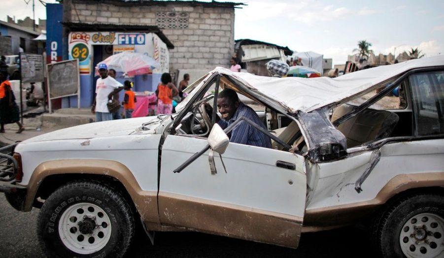Cette voiture endommagée lors du séisme en Haïti, survenu le 12 janvier dernier, roule toujours pour la plus grande joie de son conducteur.