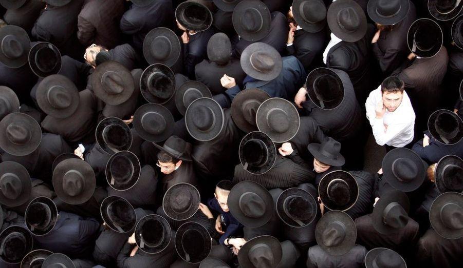 Les Juifs orthodoxes attendent lors des funérailles du rabbin Menahem Porush à Jérusalem.