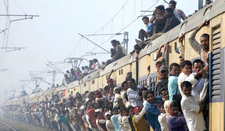 En Inde, les voyageurs font tout ce qu'ils peuvent pour prendre le train, au risque de se blesser en tombant.