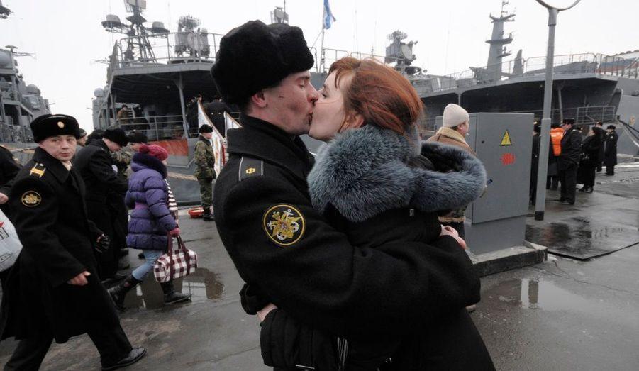 """Le fameux """"baiser"""" de Doisneau revisité par un soldat russe qui s'apprête à monter sur un destroyer à Vladivostok."""