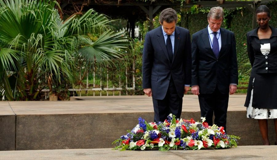 """Nicolas Sarkozy et Paul Kagame se sont exprimés jeudi à Kigali, lors d'une allocation commune retransmise sur Public Sénat. Les présidents français et rwandais ont manifesté leur volonté de """"renforcer leur partenariat pour l'avenir"""" et de créer une """"nouvelle collaboration dans l'intérêt des deux pays"""". Si les chefs d'État veulent se tourner vers l'avenir, il ne s'agit pas d'oublier le génocide dont a été victime le Rwanda. """"Ce qui s'est passé ici au Rwanda dans les années 1990, c'est une défaite pour l'humanité toute entière"""", a déclaré Nicolas Sarkozy. Le génocide a laissé """"traces indélébiles"""", qui """"invitent la communauté internationale, dont la France, à réfléchir sur ses erreurs"""". Le président français a annoncé """"une nouvelle relation bilatérale"""", une nouvelle coopération """"qui ne ressemblera à aucune autre""""."""