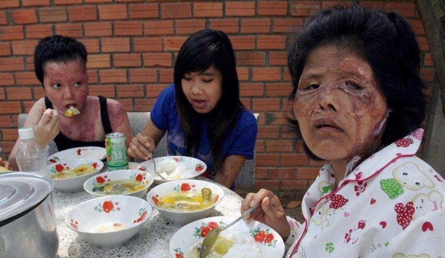 Des femmes cambodgiennes victimes d'attaques à l'acide sont entrain de déjeûner à l'Ouest de la capitale Phnom Penh.