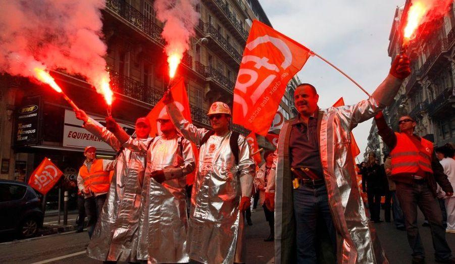 Les employés de l'entreprise Arcelor Mittal se sont joint, de manière spectaculaire, à la manifestation interprofessionnelle organisée dans l'ensemble de la France par les principaux syndicats dans le but de protester contre les réformes des retraites impulsées par le gouvernement.