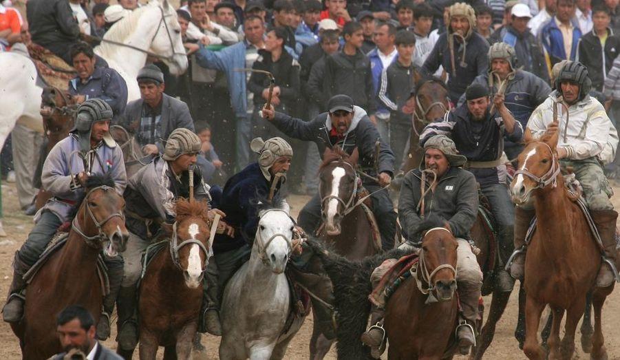 Une photographie spectaculaire prise lors d'une course traditionnelle disputée à Douchanbé, au Tadjikistan.