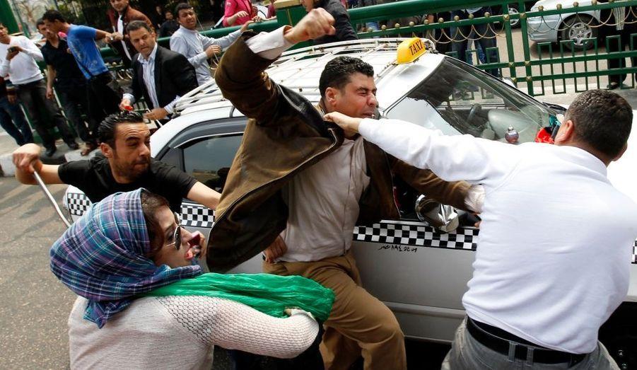 Des heurts violents ont éclaté entre pro et anti-Kadhafi devant le siège de la Ligue arabe, au Caire, lundi. Le secrétaire général de l'Onu, Ban Ki-Moon, s'est déplacé dans la capitale égyptienne pour rencontrer les dirigeants arabes.