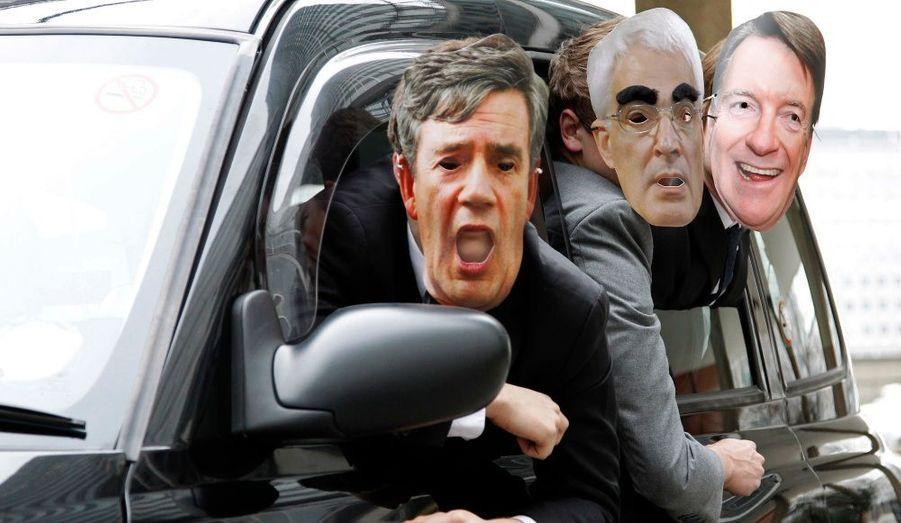 Les membres de l'opposition protestent avant les élections législatives avant lesquelles le premier ministre Gordon Brown est très fragilisé. Le parti travailliste est au cœur d'un nouveau scandale outre-Manche. Son camp vient en effet de suspendre quatre de ses membres les plus influents. Ceux-ci sont soupçonnés d'avoir monnayé leur influence sur le cours de certaines réformes du gouvernement. C'est un nouveau coup dur pour le Premier ministre en exercice, alors que les élections législatives devraient se tenir le 6 mai prochain en Grande-Bretagne.