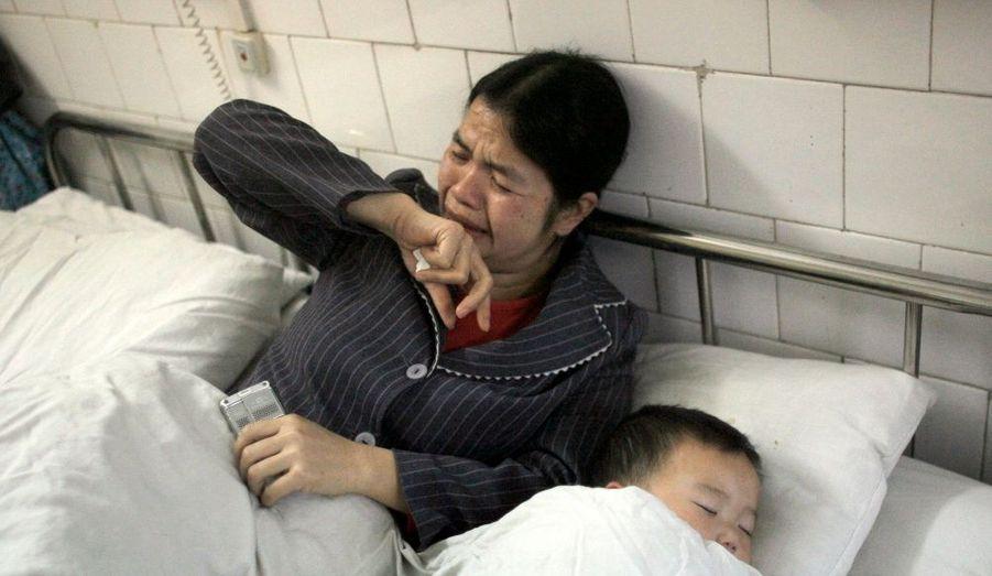 """Selon une étude de la revue New England Journal of Medicine publiée jeudi, la Chine est confrontée à une épidémie de diabète, favorisée par des niveaux croissants d'obésité et un vieillissement de la population. 92,4 millions d'adultes souffrent de diabète en Chine, soit près de 10% de la population. """"Nos résultats montrent que le diabète a atteint des proportions épidémiques au sein de la population adulte en Chine [...] Vu son importante population, la Chine pourrait pâtir plus que n'importe quel autre pays de problèmes liés au diabète [...] Le vieillissement de la population, l'urbanisation, les changements en matière de nutrition et une activité physique déclinante, avec comme résultante une épidémie d'obésité, ont probablement contribué à cette rapide hausse"""", a indiqué le journal."""