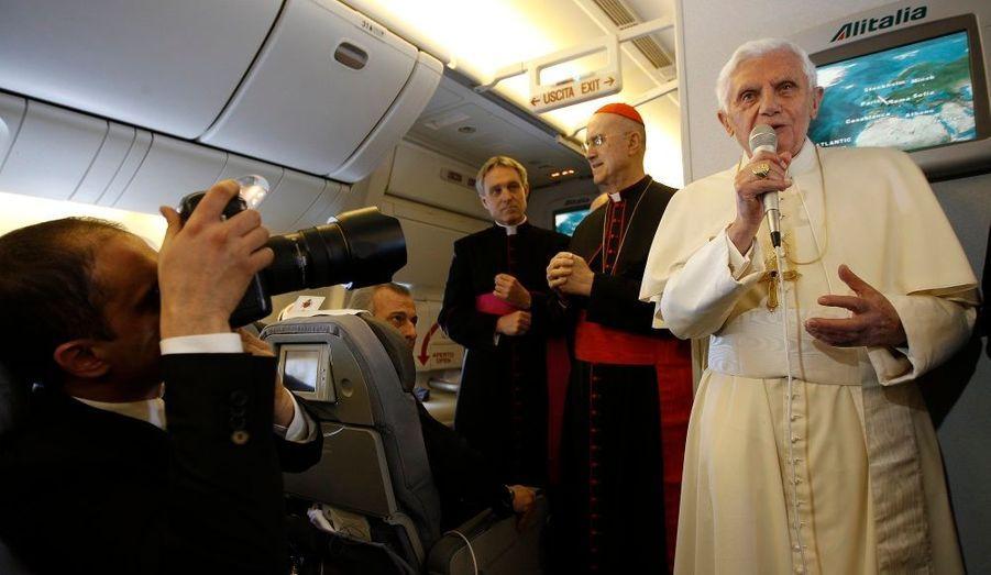 Benoit XVI tient une conférence de presse dans l'avion qui l'amène au Mexique.