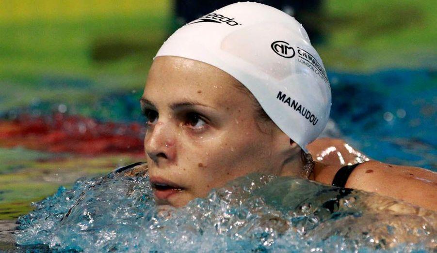 """Laure Manaudou n'a pas manqué son grand retour à la compétition lundi aux championnats de France de Dunkerque, qualificatifs pour les Jeux Olympiques. La championne olympique d'Athènes a en effet réalisé le meilleur temps des séries du 100 m dos (1'00''42) devant Alexiane Castel (1'01''04) et Cloé Credeville (1'01''24). Un temps largement inférieur aux minimas requis en série pour se qualifier pour les JO (1'02''70). Mais elle devra désormais enchaîner avec les demi-finales lundi en fin d'après-midi (elle devra faire moins de 1'01""""36), puis avec la finale mardi (moins de 1'00''82 et finir au moins deuxième) pour valider définitivement son billet."""