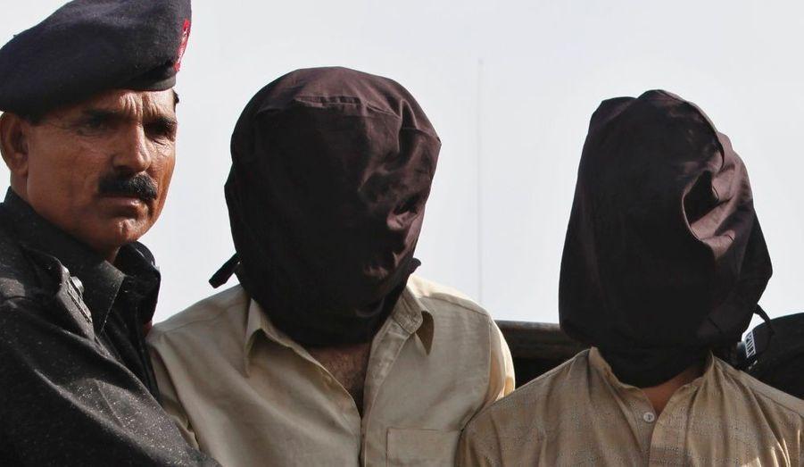 La police pakistanaise a arrêté deux des supposés ravisseurs du petit enfant britannique de 5 ans, Sahil Saeed. Le garçon avait été kidnappé alors qu'il était en vacances chez sa grand-mère au Pakistan. Une rançon avait été payé depuis Paris et cinq hommes avait été interpellé par la police britannique. Retrouvez l'histoire du rapt mystérieux ici.