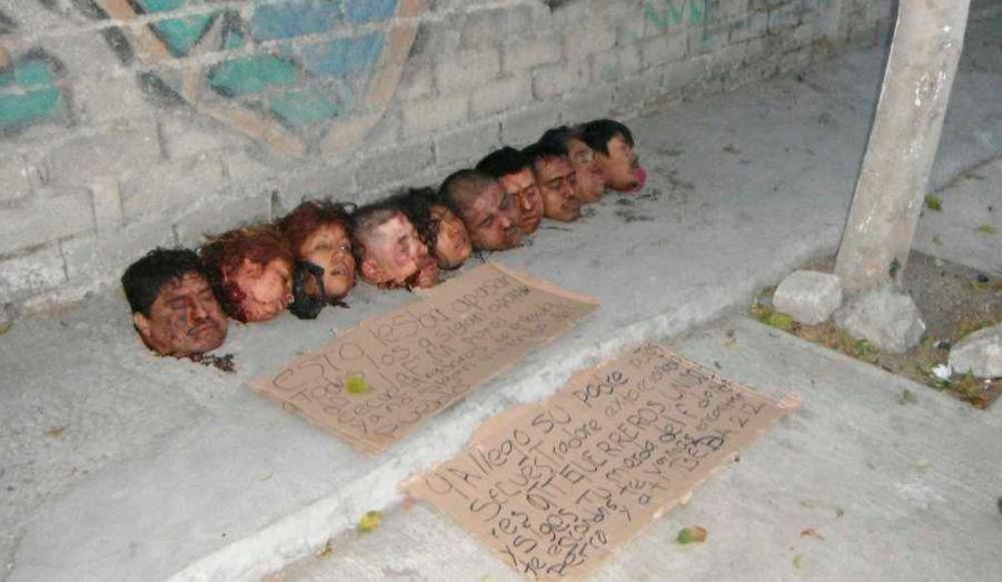 Les autorités mexicaines ont retrouvé dimanche dix têtes tranchées après un probable règlement de compte entre cartels de la drogue au nord de la station balnéaire d'Acapulco.Les têtes étaient alignées dans une rue passant devant un abattoir de la petite ville de Teloloapan, à environ 275 km au nord d'Acapulco et 250 km au sud de Mexico. Les dix victimes, sept hommes et trois femmes, avaient entre 20 à 35 ans, précise-t-on de source judiciaire. Les corps décapités n'ont pas été retrouvés.