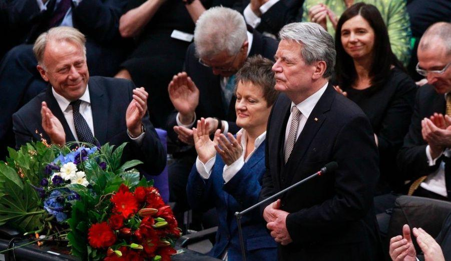 Joachim Gauck reçoit les applaudissements de l'Assemblée fédérale allemande après son élection à la tête du pays, ce weekend. Ancien pasteur et activiste des droits de l'Homme en Allemagne de l'Est, il est devenu le président du plus vaste pays européen après avoir été élu au premier tour par les législateurs.