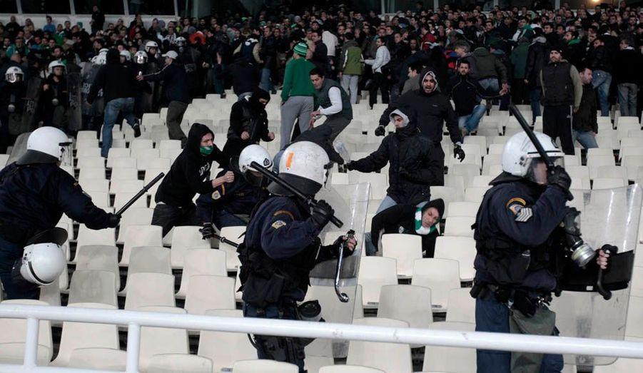 Le derby athénien entre le Panathinaïkos et l'Olympiakos Le Pirée n'a pu aller à son terme ce dimanche en raison de violences dans les tribunes: interrompu une première fois, il a été définitivement arrêté par l'arbitre à neuf minutes de la fin du temps réglementaire après l'explosion de cocktails Molotov à proximité du terrain. Vingt policiers ont été blessés et une cinquantaine de personnes interpellées. L'Olympiakos menait 1-0 depuis la 51e minute et un but de l'international algérien, Abdoun.