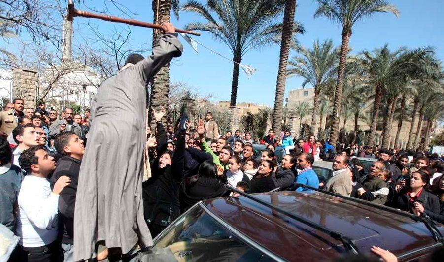 Un homme menace les Chrétiens coptes, depuis le capot de sa voiture, furieux que leur rassemblement pour pleurer la mort du pape Chenouda III, au Caire, empêche son véhicule de passer. Le patriarche de la minorité religieuse, qui avait pourtant oeuvré à la tolérance entre communautés, est décédé samedi à l'âge de 88 ans.
