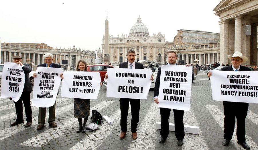 Devant le Vatican, des manifestants américains protestent contre la réforme du système de santé, portée par Barack Obama et adoptée par la Chambre des représentants, dimanche soir. Ces militants exigent l'excommunication de Nancy Pelosi qui a voté en faveur d'une telle réforme.