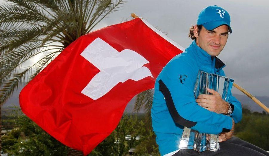 Roger Federer tient contre lui le trophée qu'il a emporté ce dimanche à Indian Wells. En battant John Isner en finale, le Suisse a empoché son troisième tournoi de suite cette année. C'est la quatrième fois qu'il s'impose dans ce tournoi californien, et la 19ème fois dans un Masters depuis le début de sa carrière, un record.