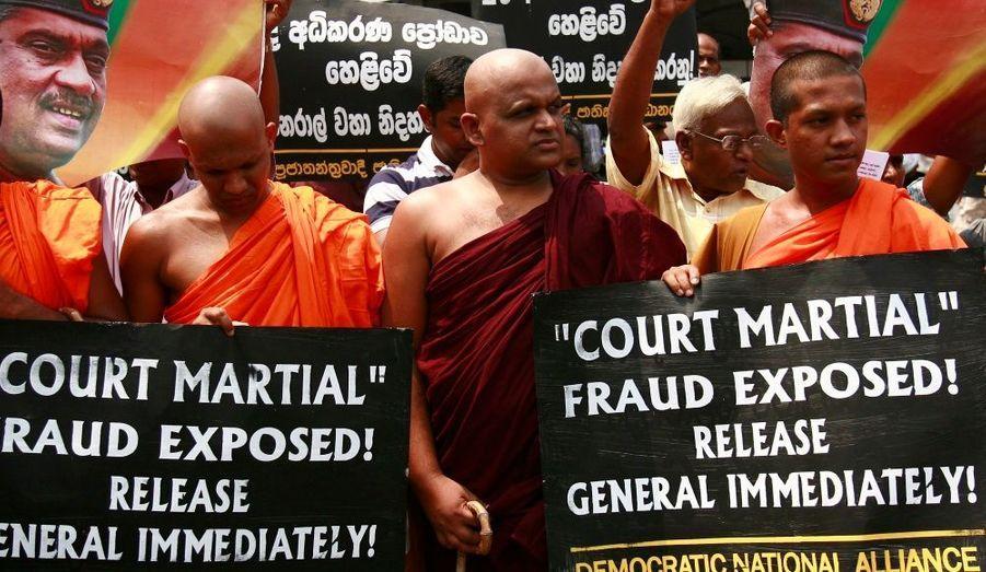 """Mardi, les moines bouddhistes et les sympathisants du parti d'opposition """"Democratic National Alliance"""" ont organisé une manifestation pour réclamer la libération du journaliste sri lankais, détenu par l'armée du général Sarath Fonseka à Colombo."""