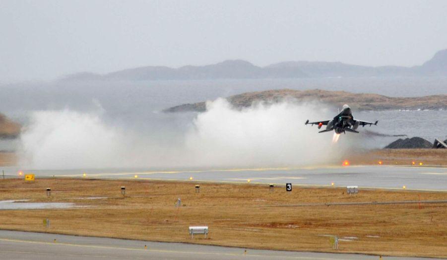 Un chasseur multirôle F16 décolle de la base de Bodoe, dans le nord de la Norvège. L'appareil rejoindra l'Italie, d'où il pourra participer à des missions au sein de la coalition opérant en Libye contre les forces fidèles au colonel Kadhafi.