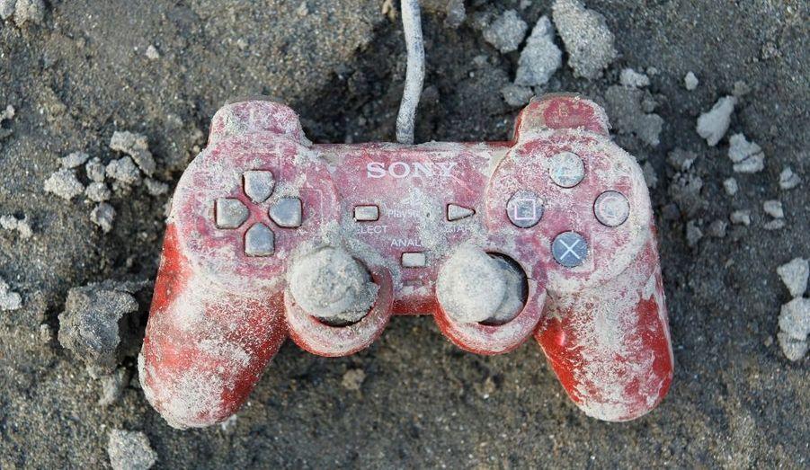 Une manette de Playstation retrouvée dans les ruines de Kesennuma, au Japon.