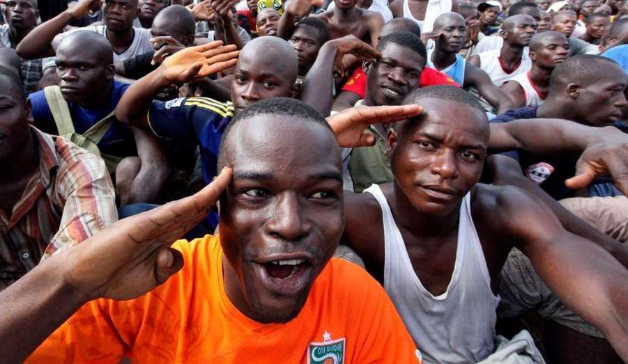 En Côte d'Ivoire, des dizaines de jeunes partisans du président sortant Laurent Gbagbo se sont réunis pour répondre à l'appel de leur champion, qui les invitait à rejoindre l'armée.