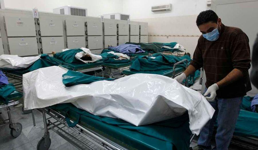 Alors que les tirs se poursuivent en Libye, l'agence de presse officielle libyenne affirme que de nombreux civils ont été tués par la coalition internationale. Le gouvernement a même conduit des journalistes mercredi dans un hôpital de Tripoli pour leur montrer les cadavres... sans aucune certitude sur leur provenance. Dans la ville rebelle de Misrata, les habitants racontent en revanche que les forces pro-Kadhafi bombardent le principal hôpital.