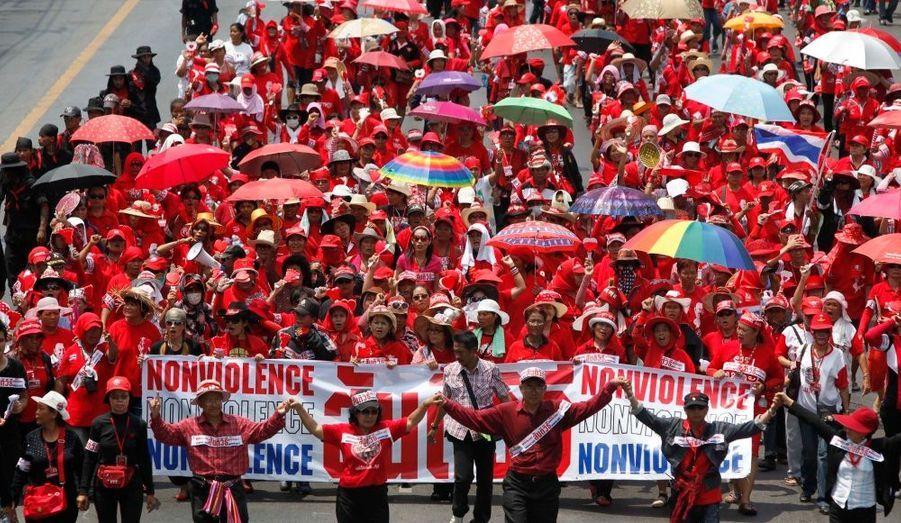 """Après avoir orchestré des manifestations-chocs, les partisans de l'ancien premier ministre déchu, Thaksin Shinawatra, plus communément appelé """"Les Chemises Rouges"""" continuent de véhiculer leur revendication au moyen de grands rassemblements, comme ici à Bangkok. Les manifestants protestent toujours contre la tutelle de la junte et exigent la tenue d'élections anticipées."""