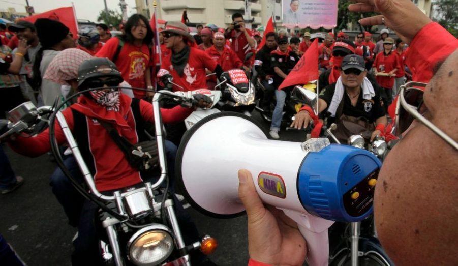 """Des députés se sont joints vendredi aux manifestants dans les rues de Bangkok. La mobilisation des """"chemises rouges"""", partisans de l'ancien Premier ministre Thaksin Shinawatra, est entrée dans son treizième jour. Les manifestants réclament la démission du Premier ministre thaïlandais Abhisit Vejjajiva et la tenue d'élections anticipées."""