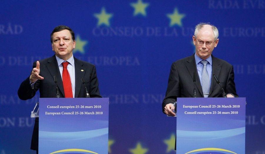 """""""Nous soutenons pleinement les efforts du gouvernement grec et saluons les mesures additionnelles annoncées le 3 mars, qui permettront d'atteindre les objectifs budgétaires pour 2010. Nous reconnaissons que les autorités grecques ont pris des actions ambitieuses et résolues, qui devraient permettre à la Grèce de retrouver la pleine confiance des marchés"""" indique le texte de l'accord de la zone euro sur l'aide à la Grèce. """"Dans le cadre d'un accord comprenant une implication financière substantielle du Fonds monétaire international et une majorité de financement européen, nous sommes prêts à contribuer à des prêts bilatéraux coordonnés. Ce mécanisme, complétant un financement du Fonds monétaire international, doit être considéré comme un dernier recours, ce qui signifie en particulier que le financement de marché est insuffisant"""". Les seize pays de la zone euro se sont accordés jeudi sur un mécanisme européen d'aide à la Grèce ou à tout Etat membre qui se trouverait dans une situation financière analogue. Le président de la Commission Européenne, Jose Manuel Barosso et le président permanent du conseil européen, Herman Van Rompuy tiennent une conférence à Bruxelles ce vendredi."""