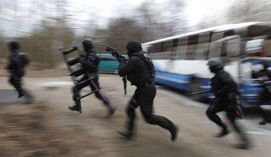 Ces membres d'une unité d'élite de la police polonaise s'entraînent lundi près de la frontière ukrainienne.
