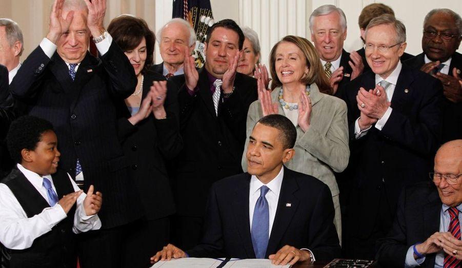 """Le président américain, Barack Obama, a signé mardi à la Maison blanche, la nouvelle législation sur l'assurance santé. Devant un parterre de parlementaires démocrates, Barack Obama a déclaré que ce jour était historique: """"Aujourd'hui, après pratiquement un siècle de tentatives, aujourd'hui, après plus d'une année de débats, aujourd'hui, après tous les votes nécessaires, la réforme de l'assurance-santé devient une loi des Etats-Unis"""". La réforme de la santé, aboutissement de dix mois d'âpres tractations au Congrès qui ont écorné sa cote de popularité, est une victoire majeure pour Barack Obama qui en avait fait un des chantiers prioritaires de son mandat"""