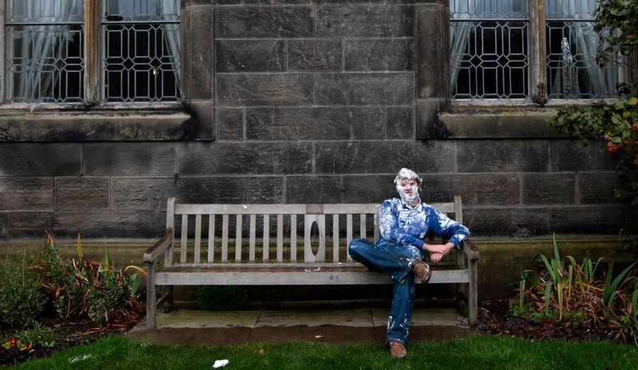 Un étudiant de l'Université de St Andrews est assis sur un banc après la bataille. La prestigieuse université écossaise - où ont notamment étudié Kate et William - célèbre actuellement sa traditionnelle fête du Raisin Monday - le bizutage local.