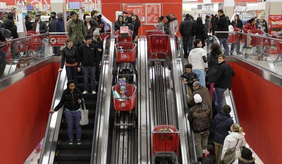 """Des milliers d'Américains se sont précipités dans leurs boutiques ce vendredi, à l'occasion du """"Black Friday"""", qui marque le début des achats de la saison de Noël. De nombreux magasins ont, pour l'occasion, proposé des articles à prix cassés, comme ici, à Chicago."""