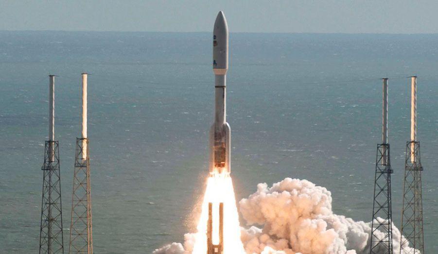 La fusée Atlas décolle de son pas de tir à Cap Canaveral, en Floride. La fusée a pour mission de larguer sur Mars un robot d'exploration à propulsion nucléaire, du nom de Curiosity.