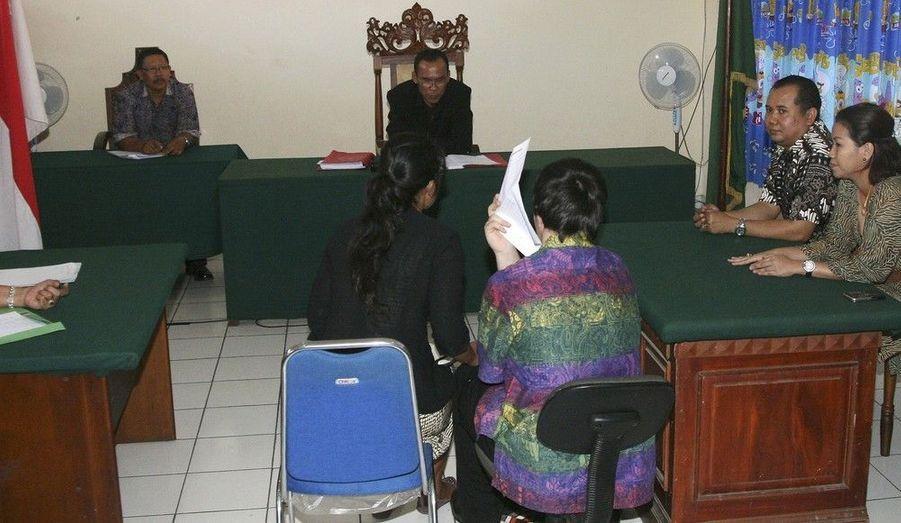 Un adolescent australien de 14 ans (de dos) fait face à un juge indonésien, accompagné d'un interprète. Le jeune homme a été condamné à deux mois de prison pour la possession de 3,7 grammes de marijuana au mois d'octobre dernier à Bali.