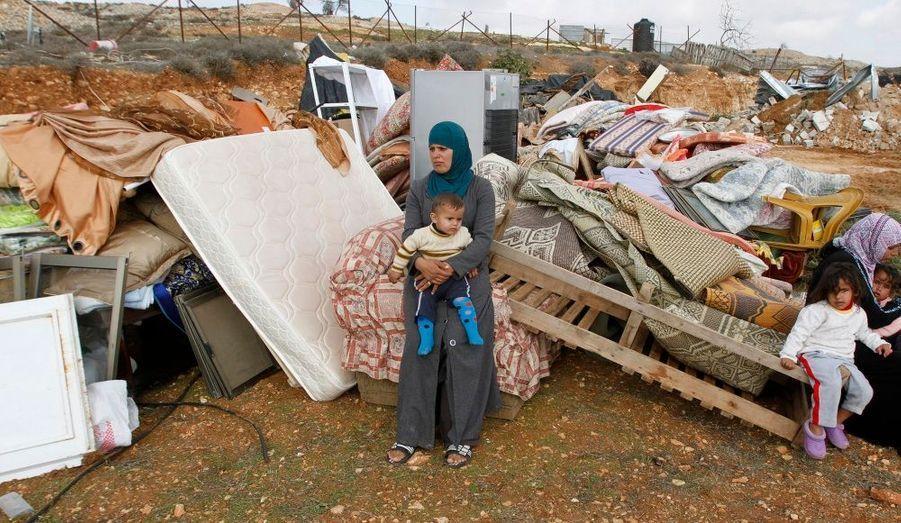 Une femme palestinienne contemple les objets qu'elle a pu extraire de sa maison avant qu'elle ne soit rasée parl'armée israélienne et l'administration civiledans le village cisjordanien de Beit Hanina, près de Jérusalem. Deux structures, construites sans permis, ont été détruitesjeudi après trois années de débats animés au sein d'un comité de construction.