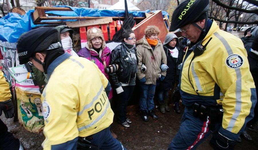 La police canadienne a entrepris ce mercredi de déblayer les tentes dressées par des les indignés du mouvement «Occupy Toronto» qui s'étaient installés dans le parc St James le 15 octobre, dans la foulée du mouvement «Occupy Wall Street» dans le square Zuccotti à Manhattan (New York).