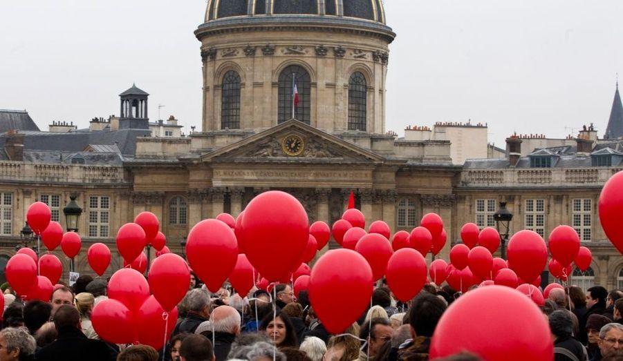 Plusieurs personnes se sont réunies ce jeudi sur le Pont des Arts à Parispour rendre hommage à l'ex-Première dame Danielle Mitterrand, décédée le 22 novembre à 87 ans.