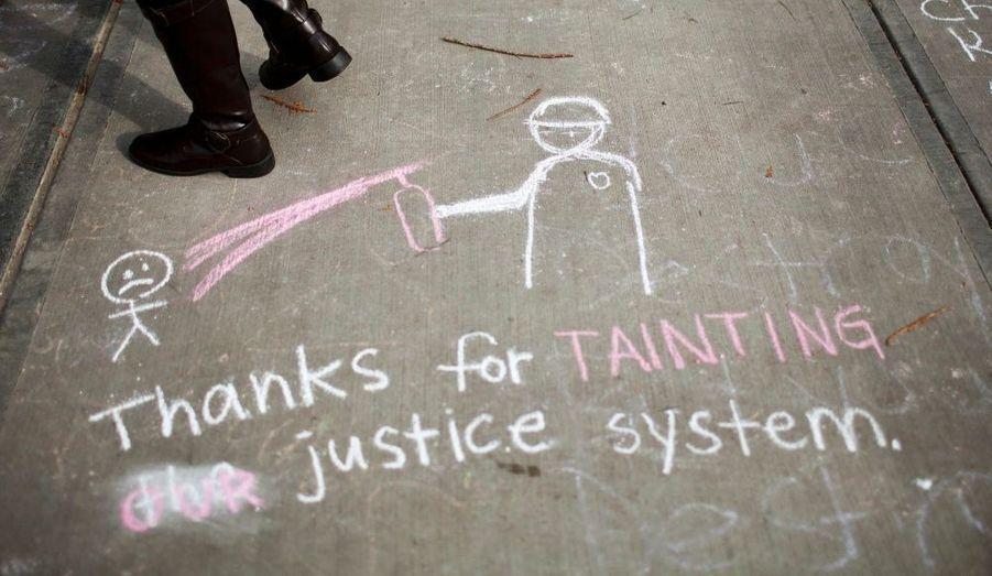 Un message a été écrit à la craie sur le Campus de Davis, en Californie, où des Indignés pacifistes ont été aspergé de gaz poivré vendredi dernier par les forces de l'ordre. Une enquête est en cours.