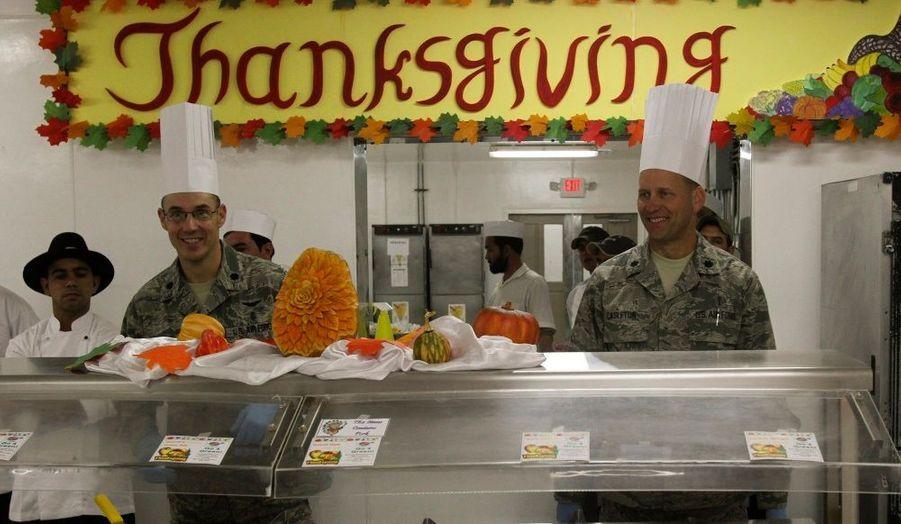 Les soldats de l'armée américaine basés enAfghanistan n'ont pas pour autant dérogé au traditionnel repas de Thanksgiving, comme ici dans un camp au nord de Kaboul.