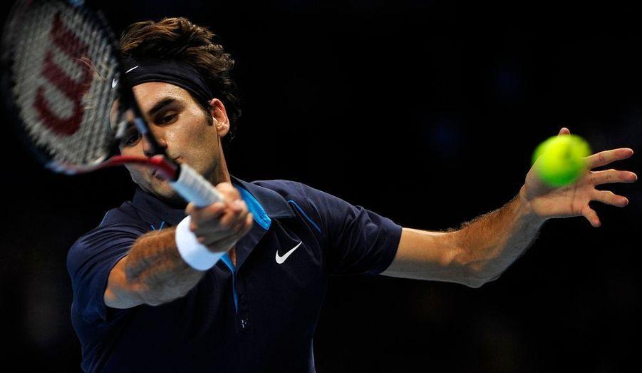 Roger Federer a bouclé ce jeudi la phase de poules du Masters de Londres par une nouvelle victoire, la troisième, en dominant l'Américain Mardy Fish en trois manches (6-1, 3-6, 6-3). Le Suisse termine donc à la première place de son groupe et sera accompagné en demi-finales par le vainqueur de la rencontre entre Rafael Nadal et Jo-Wilfried Tsonga.