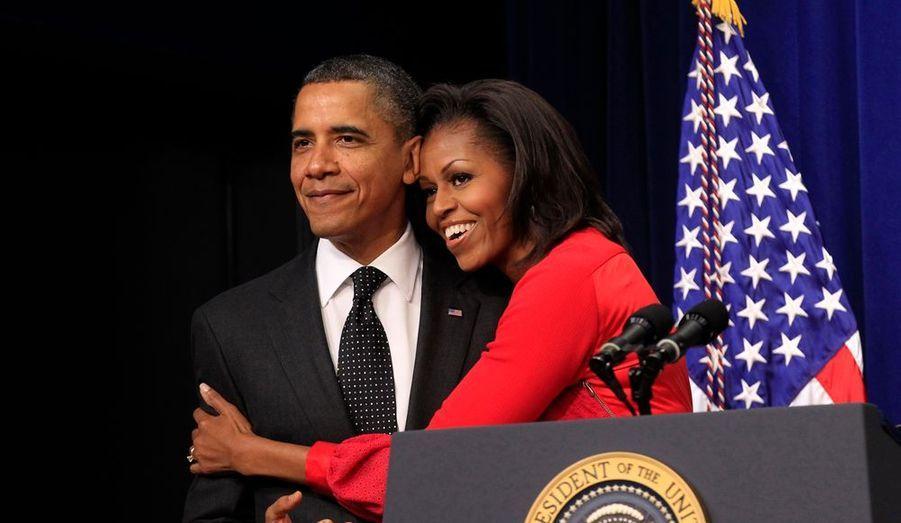 Michelle et Barack Obama s'offrent un moment de tendresse lors d'une cérémonie pour promouvoir le travail des vétérans, à la Maison Blanche.